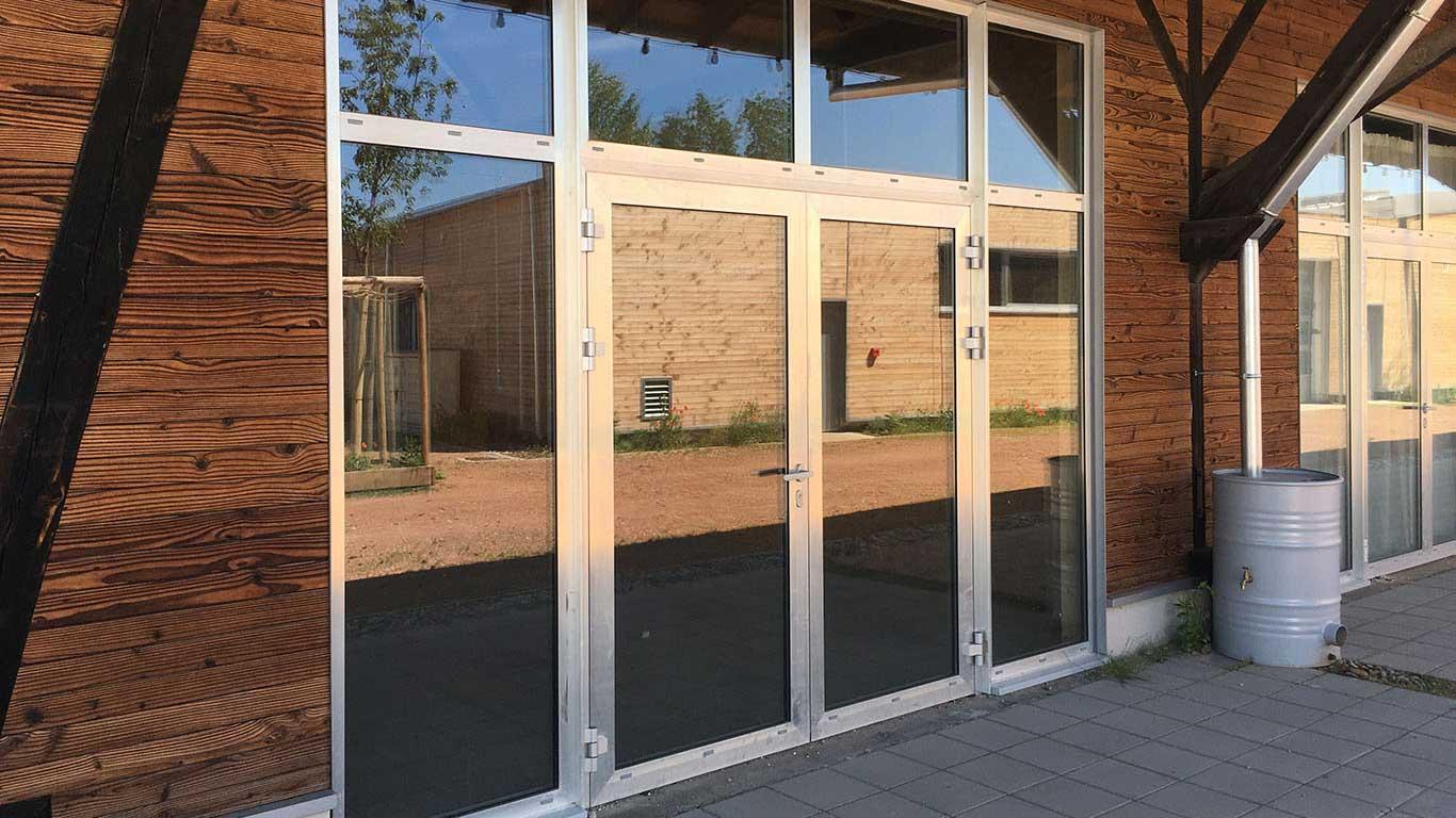 Laugel et Renouard chantier la virgule portes en aluminium brut